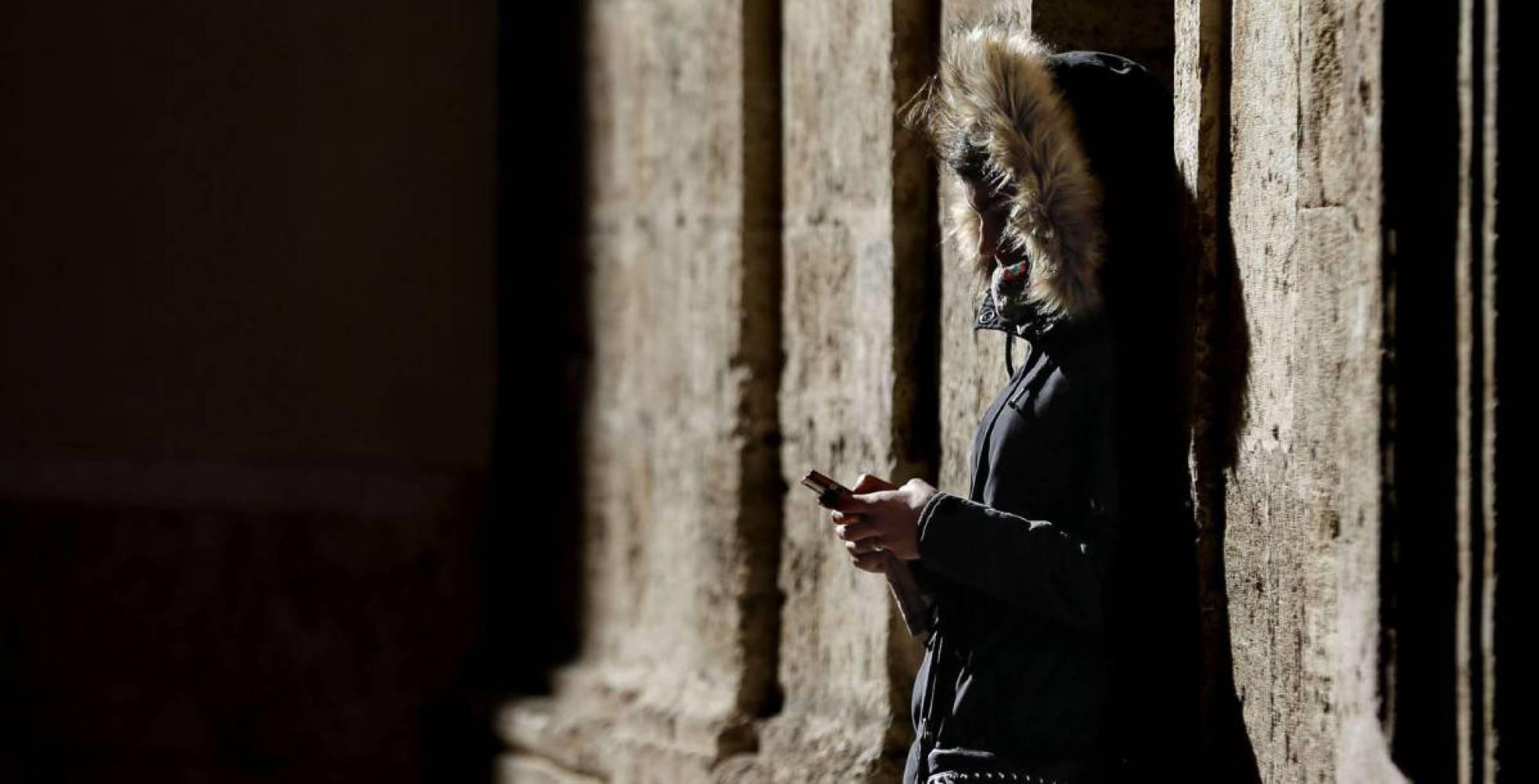 Una mujer consulta su teléfono móvil. Manuel Bruque EFE